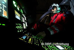 Pilot mit NVG im Cockpit Quelle DRF Luftrettung-240