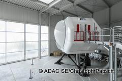 adac-se_luftfahrt_20170321_simulator_rechts_weit-240